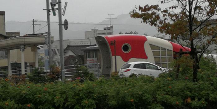 駅前の錦鯉の地下道